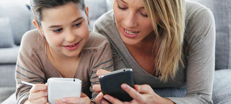 Mor viser datter mobiltelefon